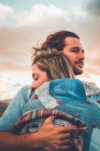 Un couple qui se serre dans les bras