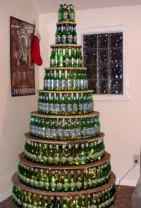 Un sapin de noël avec des bouteilles de bières
