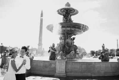 moment complice devant la fontaine de la concorde