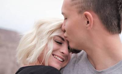 Un homme qui embrasse une femme