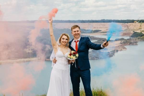Des mariés avec des fumigènes