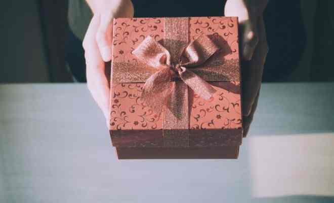 Femme qui recoit un cadeau
