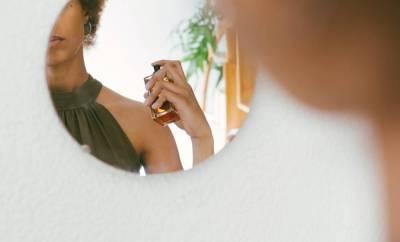 Femme qui met du parfum