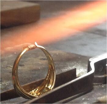 ökning av guldring med guldbit