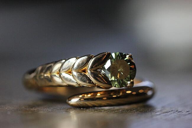 guldring med grön diamant