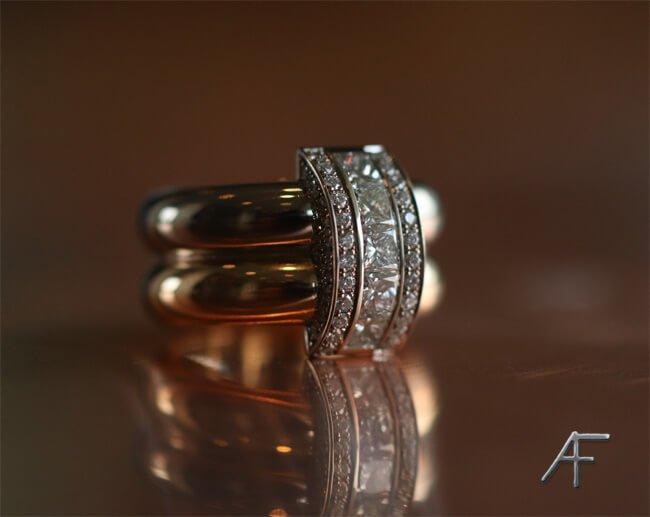 Guldsmed tillverkar handgjora ringar