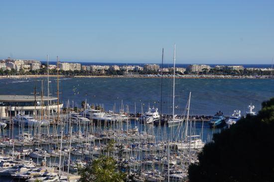 Udsigt ud over Cannes by og lystbådehavn