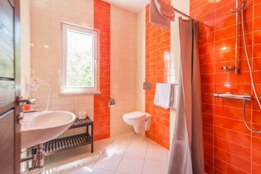 Bathroom 3 with shower, en suite