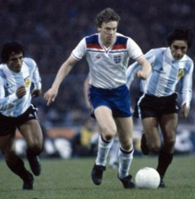 Woodcock leaves a couple of Argentinians in his wake for England