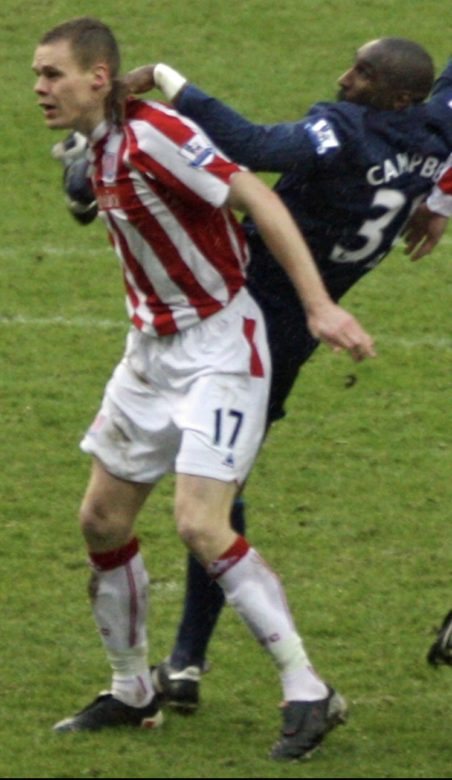 Sol in his second debut for Arsenal wearing the unfamiliar 31 shirt tussling with Ryan Shawcross