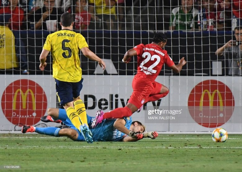 Goalkeeper Emiliano Martinez of Arsenal dives to make a save from Serge Gnabry of Bayern Munich (R) during their International Champions Cup game at the Dignity Health Stadium in Carson, California on July 17, 2019. - Arsenal went on to win 2-1. (Photo by Mark RALSTON / AFP)        (Photo credit should read MARK RALSTON/AFP/Getty Images)