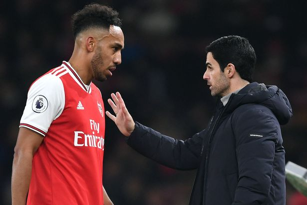 Arteta giving instruction to Aubameyang