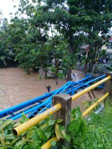 Sungai Dekat Gedung Kesenian Wonosari meluap 2