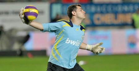 El portero Iker Casillas lanza una pelota durante un partido con el Real Madrid. Foto Marcial Guillén