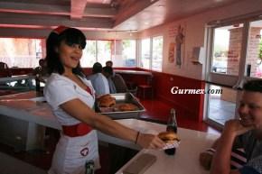 'Kalp Krizi Izgara'da garsonlar hemşire kostümü ile servis yapıyorlar.