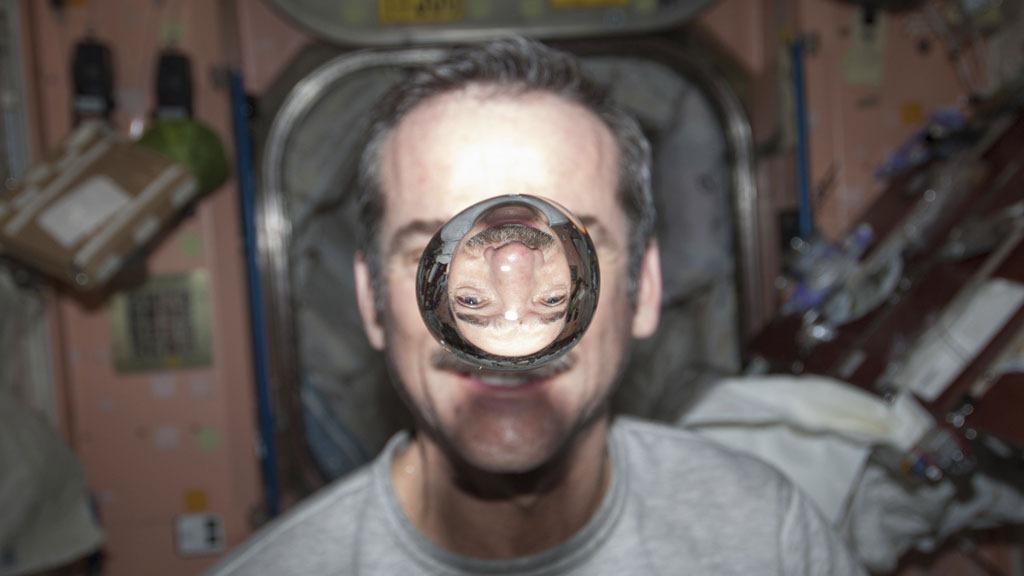 Limage du jour  un commandant de vaisseau spatial  lintrieur dune bulle deau dans l