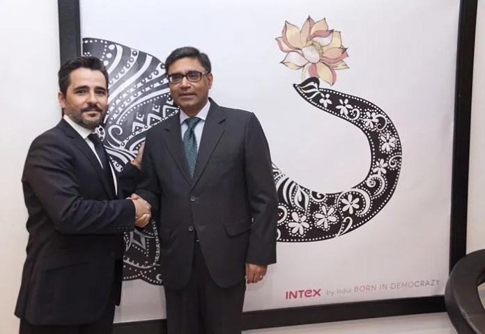 Antonio Urrea CEO y Vikram Misri embajador India INTEX