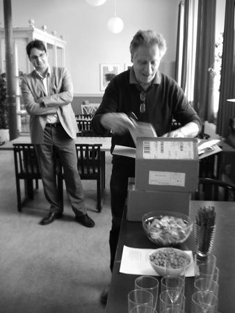 Gunnar Broberg öppnar ett paket med böcker.