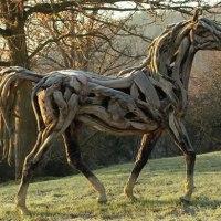 Escultora de caballos de palo Heather Jansch