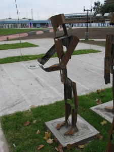 Avellaneda-Plaza de la Integracion-Esculturas Peligrosas 3