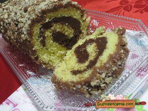 rotolo con nutella e cioccolato, con granella di nocciole sopra