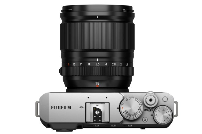 FUJINON XF18mmF1.4 R LM WR an einer Fujifilm X-E4 von oben gesehen mit weißem Hintergrund