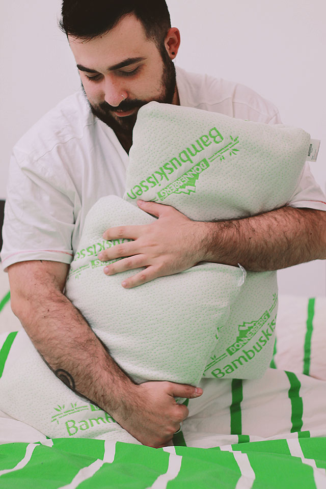 Come scegliere il cuscino giusto per dormire su un fianco  Guy Overboard  Body Positivity per