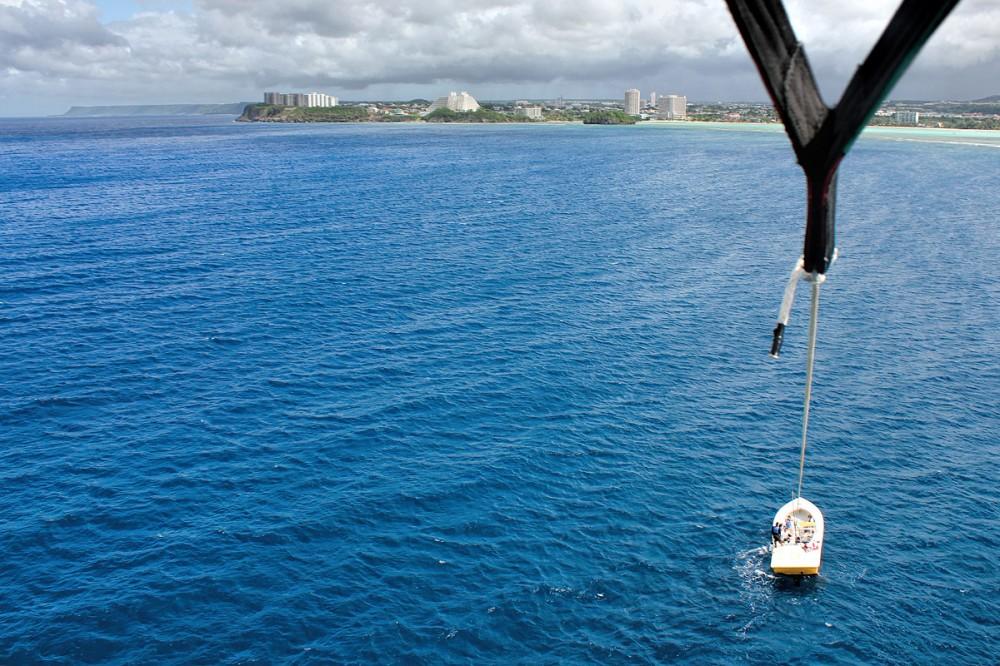 パラセーリングでタモン湾を海から望む オーシャンジェットクラブ