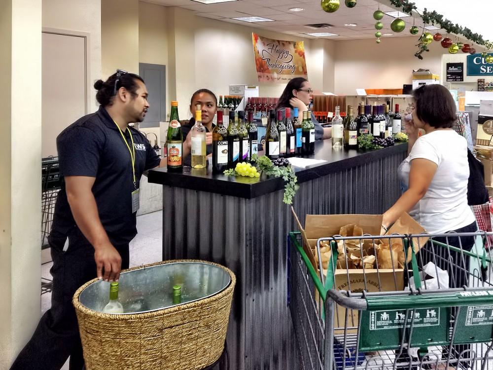 テイスティングコーナーでは様々なワインが試飲できます。 (ペイレス マイクロネシアモール店)