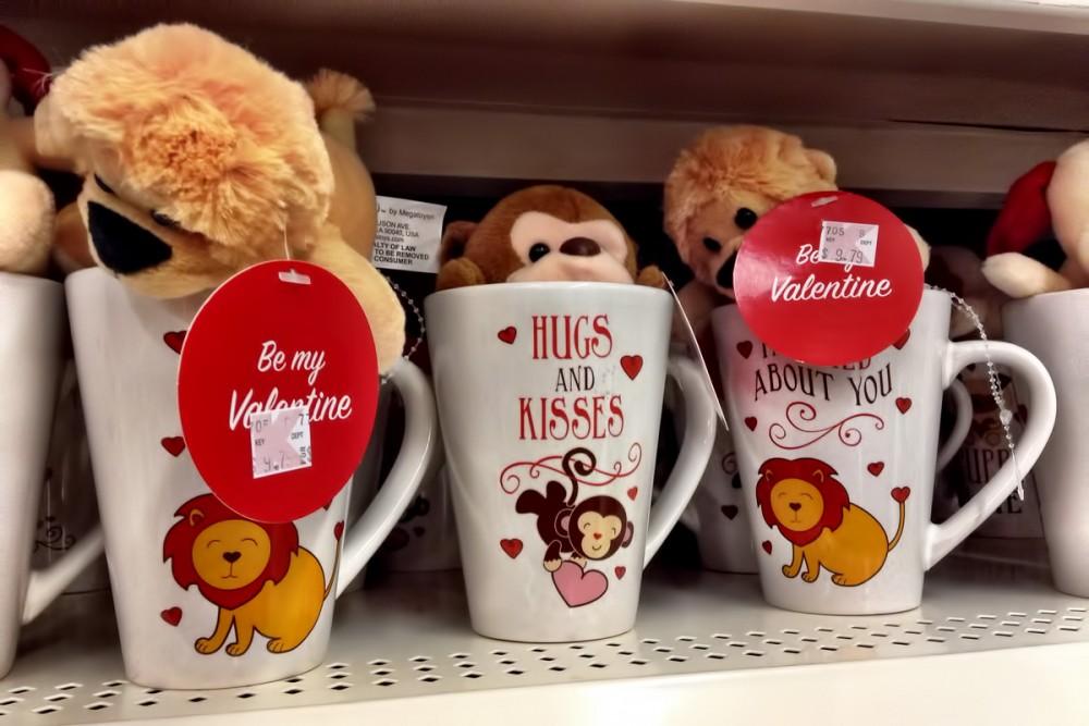 Hugs and Kisses コーヒーマグに入ったミニサイズのぬいぐるみ($9.79) Kマートのバレンタイン商品