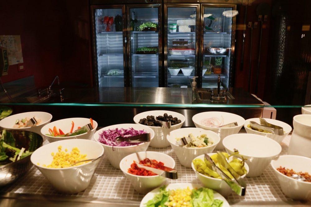 サラダバー オープンキッチンのスーテーキ&グリルハウス『ROOTZ』