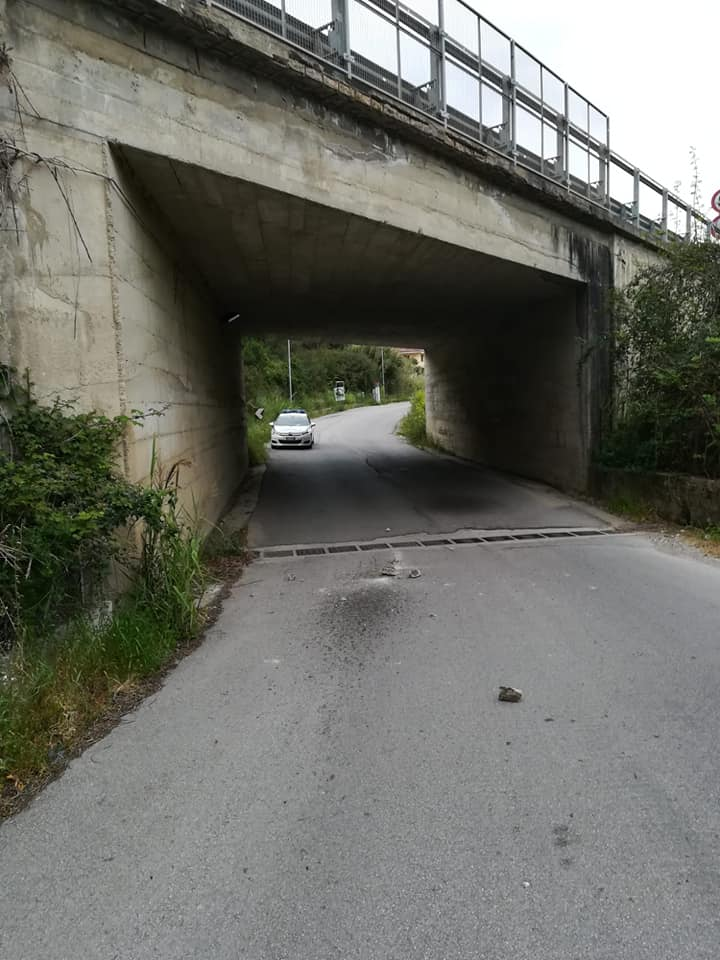 Agropoli: cadono calcinacci dal cavalcavia, strada chiusa - Gwendalina.tv