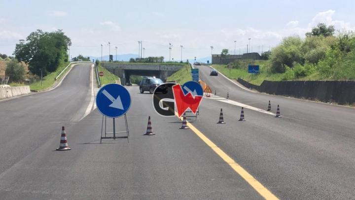 Cavi elettrici invadono la carreggiata, traffico in tilt sulla Cilentana - Gwendalina.tv