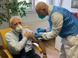 Vaccini, lite tra De Luca e Arcuri - Gwendalina.tv