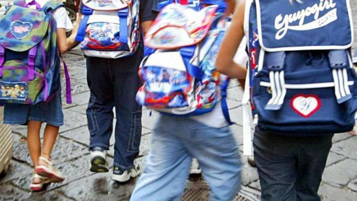 Agropoli, zaini troppo pesanti a scuola: proteste dei genitori - Gwendalina.tv