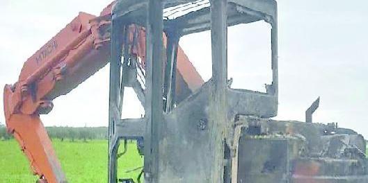 Capaccio, fiamme all'escavatore di un assessore - Gwendalina.tv