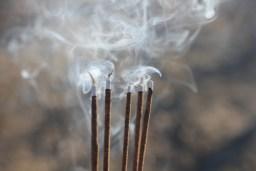 Purifier et recharger les pierres : la fumigation