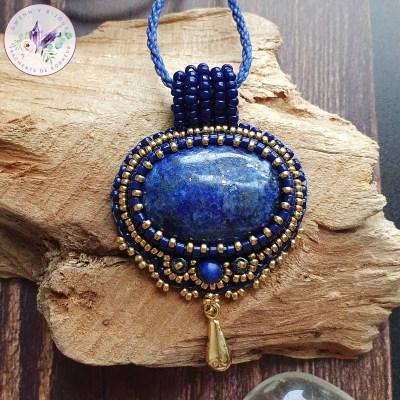 Collier Brodé Chloé – Lapis Lazuli et Perles Japonaises