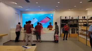 Kasir Xiaomi AEON Mall BSD City tampak mulai diramiakan oleh pengunjung.