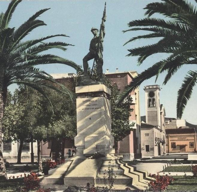 BATTIPAGLIA – Un giovane minaccia di lanciarsi dalla statua del monumento ai caduti