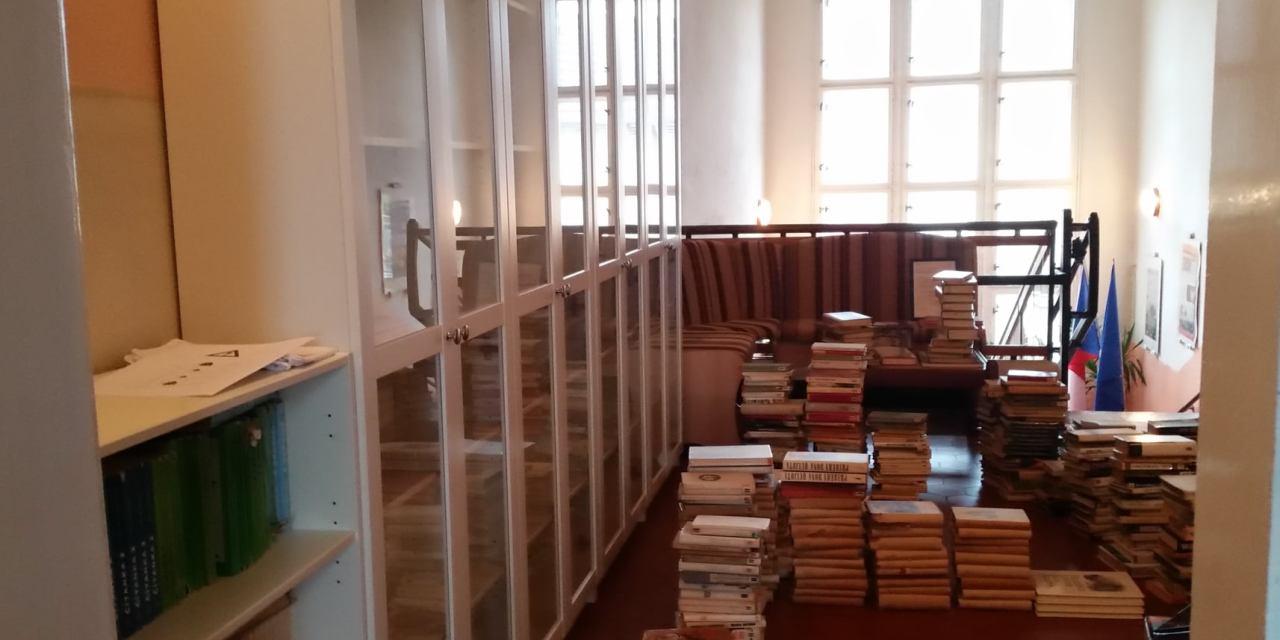 """""""Pokud máte zahradu a knihovnu, máte vše, co potřebujete."""" (Marcus Tulius Cicero) – dubské gymnázium nabízí obojí"""