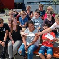 Unter dem Beifall der Klassenlehrerinnen Gudrun Heering, Frauke Lippert und Claudia Quensel (Bildmitte von links) hat Schulleiterin Dr. Renate Richter die eifrigsten Läufer und Sponsorenwerber ausgezeichnet. Foto: Reiner Haase