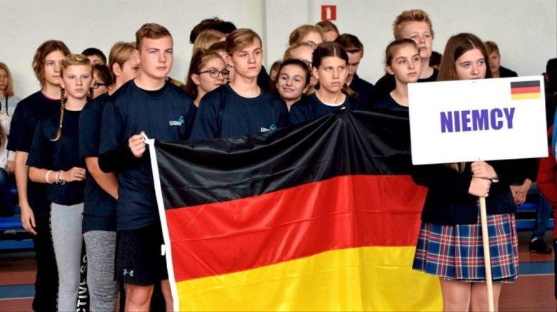 Feierlich lief die Eröffnungszeremonie mit den Ganderkeseer Jugendlichen mit deutscher Flagge ab. Foto: Hauke Gruhn/Gemeinde Ganderkesee