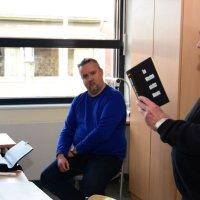 Auf Einladung von Geschichtslehrer Carsten Hartmann (Mitte) diskutiert Werner Fleischer vom Volksbund Deutsche Kriegsgräberfürsorge mit Schülern der Klasse 11c am Gymnasium Ganderkesee. Foto: Dirk Hamm