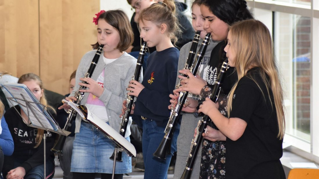 Klarinettistinnen zeigen,was sie schon im zweiten m-Klassen-Jahr drauf haben. Foto: Martina Brünjes