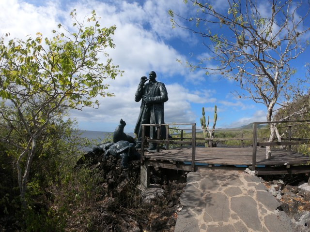 darwin statue galapagos