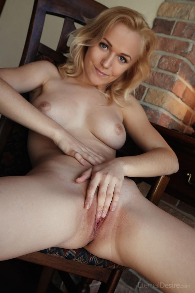 Aislin Spreads Naked