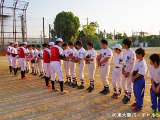 練習後、選手達から生徒へ球団のステッカーなどがプレゼントされました 06BULLS 若江中学野球部訪問