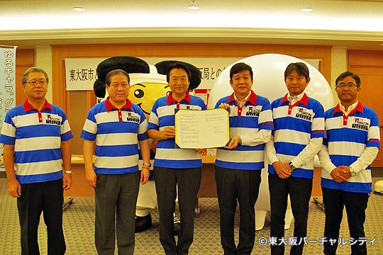記念撮影 左から、立花副市長、川口副市長、野田市長、大林局長、松井管理部長、中飯地域プロデューサー