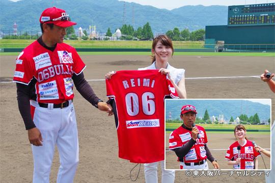 J:COM東大阪局「デイリーニュース東大阪」のブルズ担当の中元麗偉美キャスターに球団から名前入りユニホームを贈呈